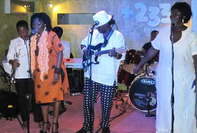Amandzeba joins Dzesi for a jamming session